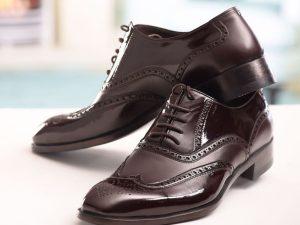 کفش چرمی مردانه هشت ترگ دست دوز سی سی با رویه گاپی و زیره چرم گاومیش و آستر چرم بزی رنگ قهوه ای ورنی