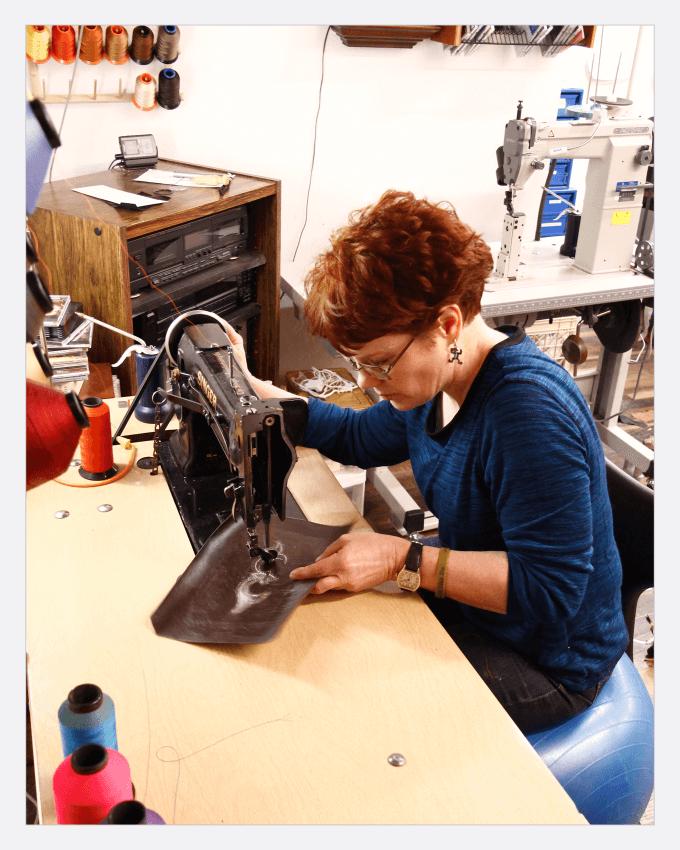 خانم لیزا سورل (Lisa Sorrell) استاد چکمه های کابوی دست دوز در آمریکا