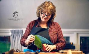 خانم کارولین گروس (Caroline Groves)، استاد کفش های دست دوز سنتی زنانه